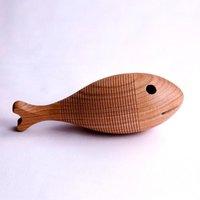 Hohenfried Babyrassel aus Holz Urfisch inkl. Säckchen aus Baumwolle (ab Geburt)